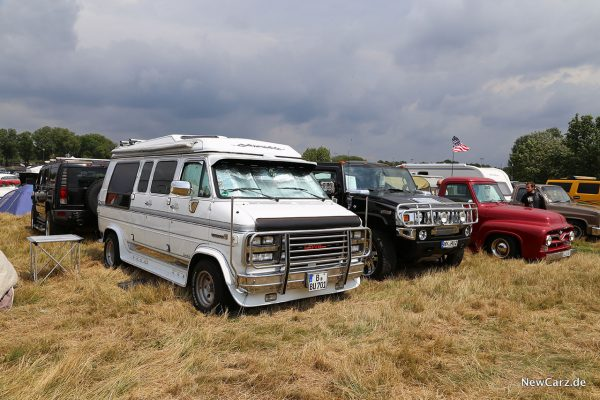 US Car Convention - GMC Van neben Hummer