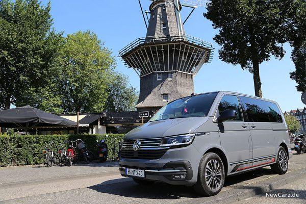 VW Bulli 6.1 vor Mühle