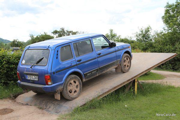 Lada 4x4 auf der Rampe