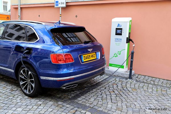 Bentley Bentayga Hybrid an Ladestation