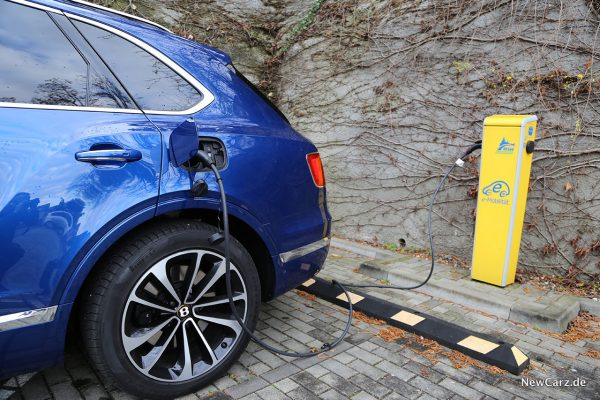 Bentley Bentayga Hybrid beim Laden