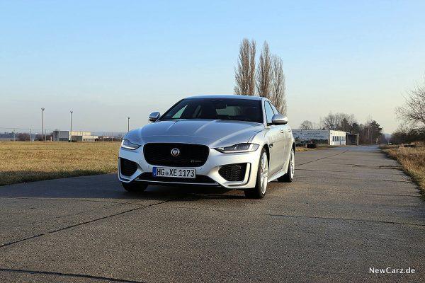 Jaguar XE schräg vorne links