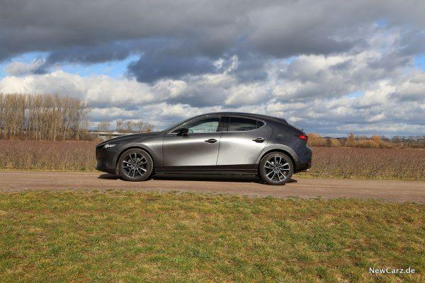 Mazda3 Seitenperspektive in der Sonne
