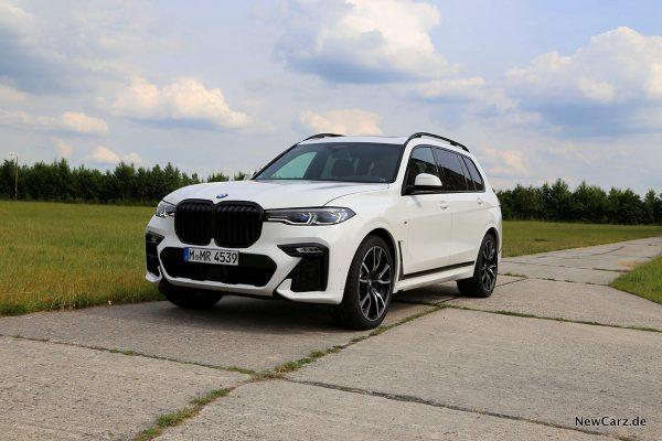 BMW X7 auf Betonpiste