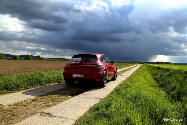 Porsche Macan GTS schräg hinten vor Gewitter