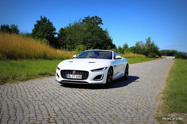 Jaguar F-Type Cabrio auf Pflasterstraße