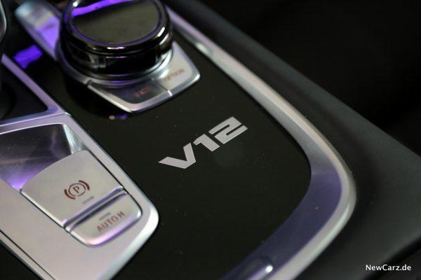 V12 Logo Mittelkonsole
