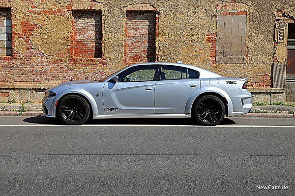 Dodge Charger SRT Hellcat vor Mauer