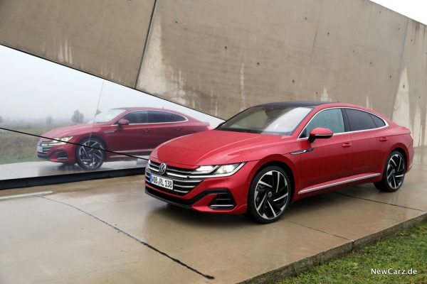 VW Arteon Facelift vor Spiegel
