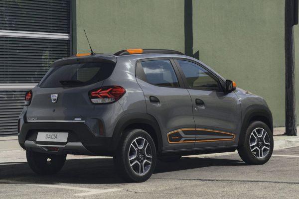 Dacia Spring schräg hinten