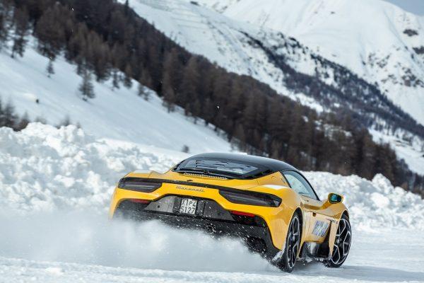 Maserati MC20 im Schnee