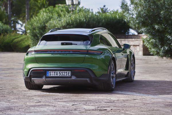 Porsche Taycan Cross Turismo schräg hinten