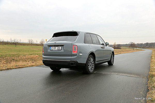Rolls-Royce Cullinan Black Badge schräg hinten