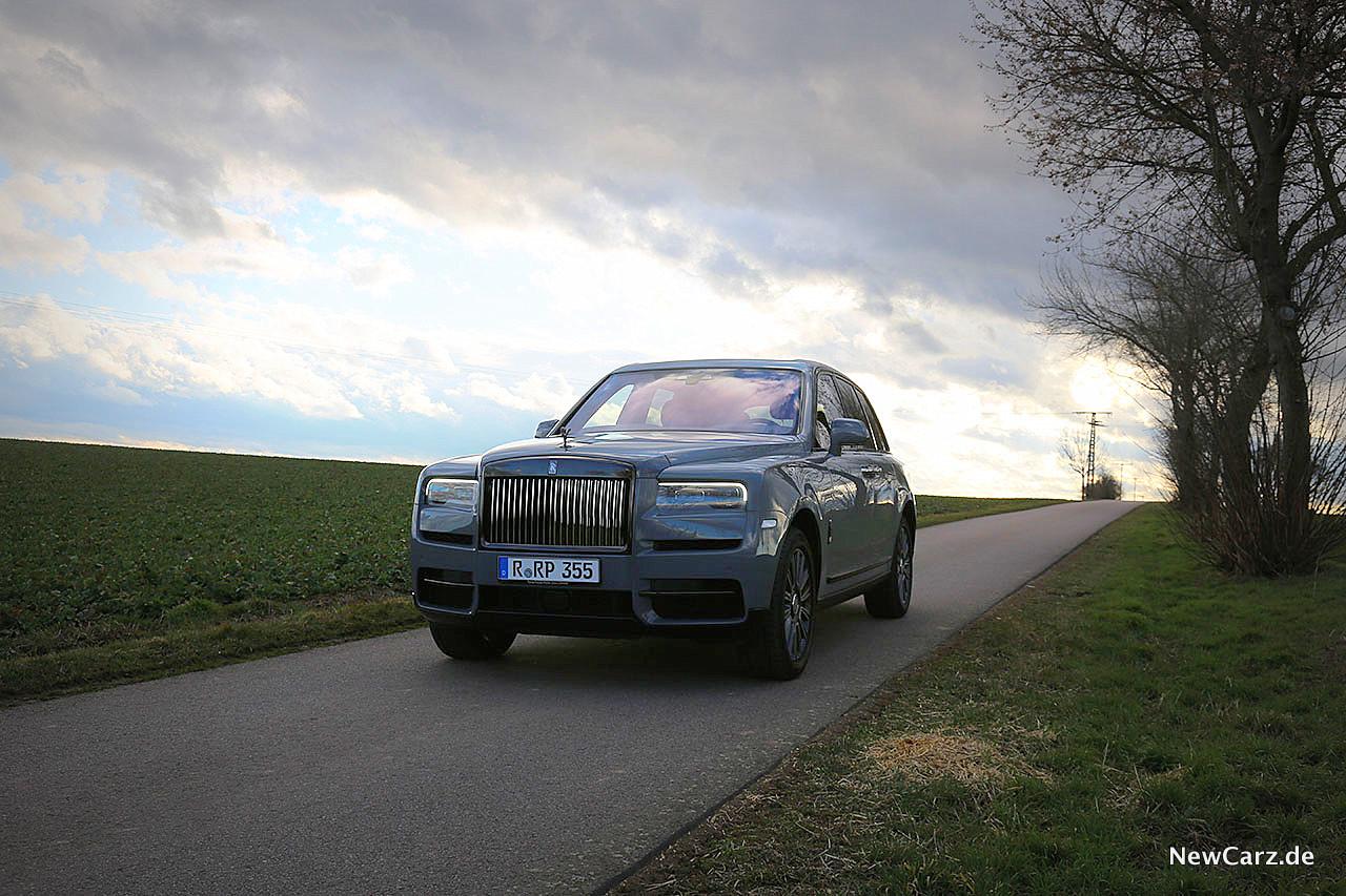 Rolls-Royce-Cullinan-Black-Badge-Samtschwarze-Seele