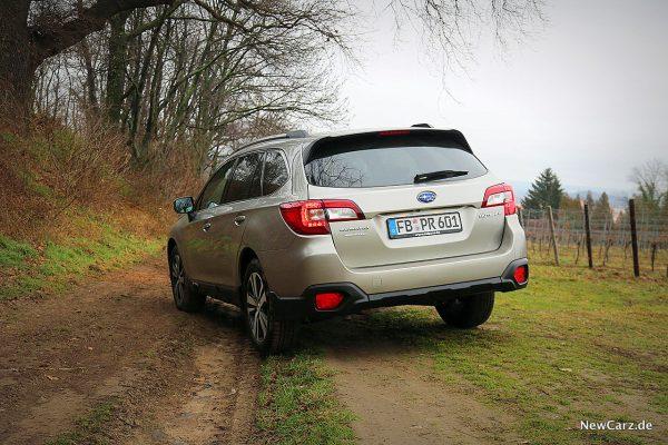 Subaru Outback schräg hinten offroad