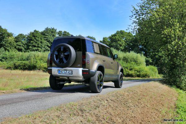 Land Rover Defender 110 schräg hinten rechts