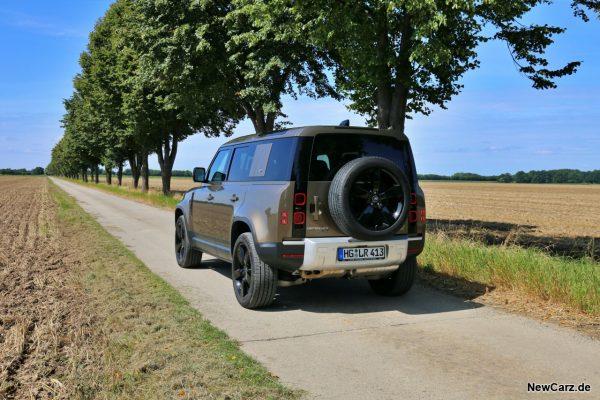 Land Rover Defender 110 auf Allee